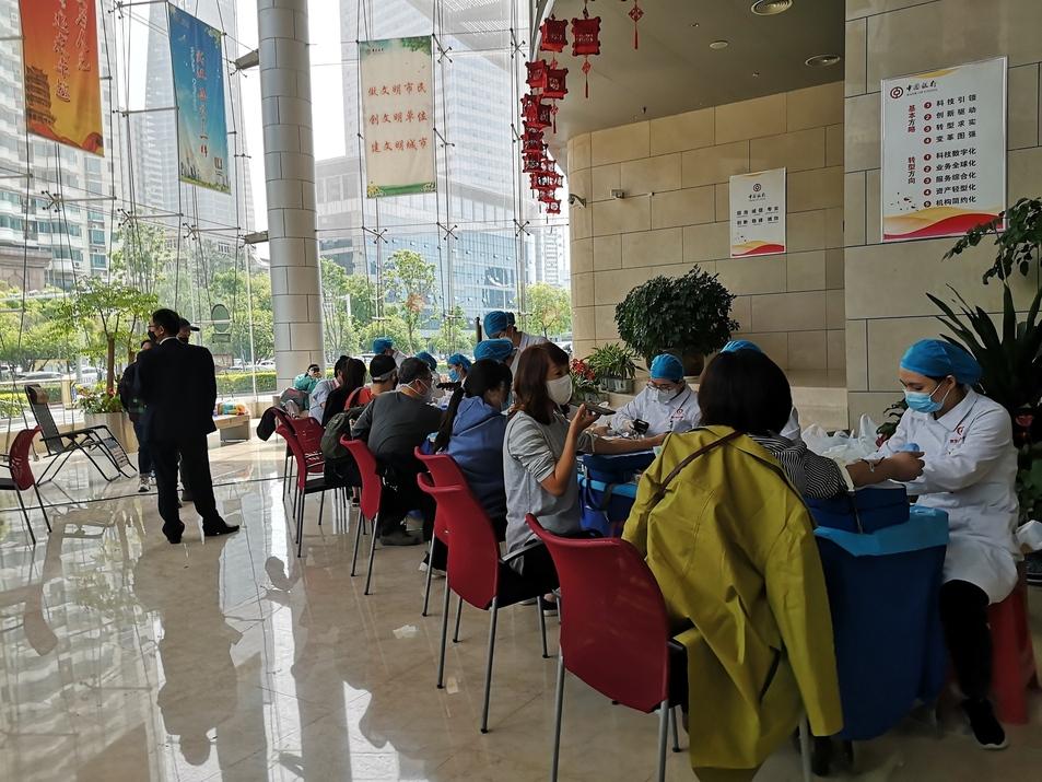 武汉77名中国银行员工捐献两万毫升热血-今日献血